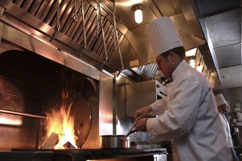 Мужчина готовит